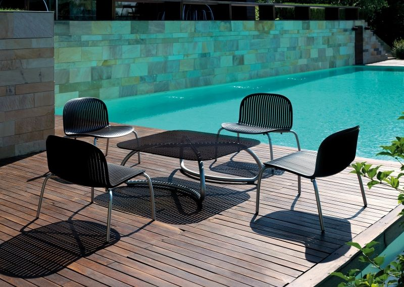 Molto semplice e dal design essenziale, adatto agli spazi di piccole dimensioni come terrazzi e poggioli. Pin Di Marianna D Su Outdoor Designs Tavolo E Sedie Da Giardino Sedie Da Giardino All Aperto