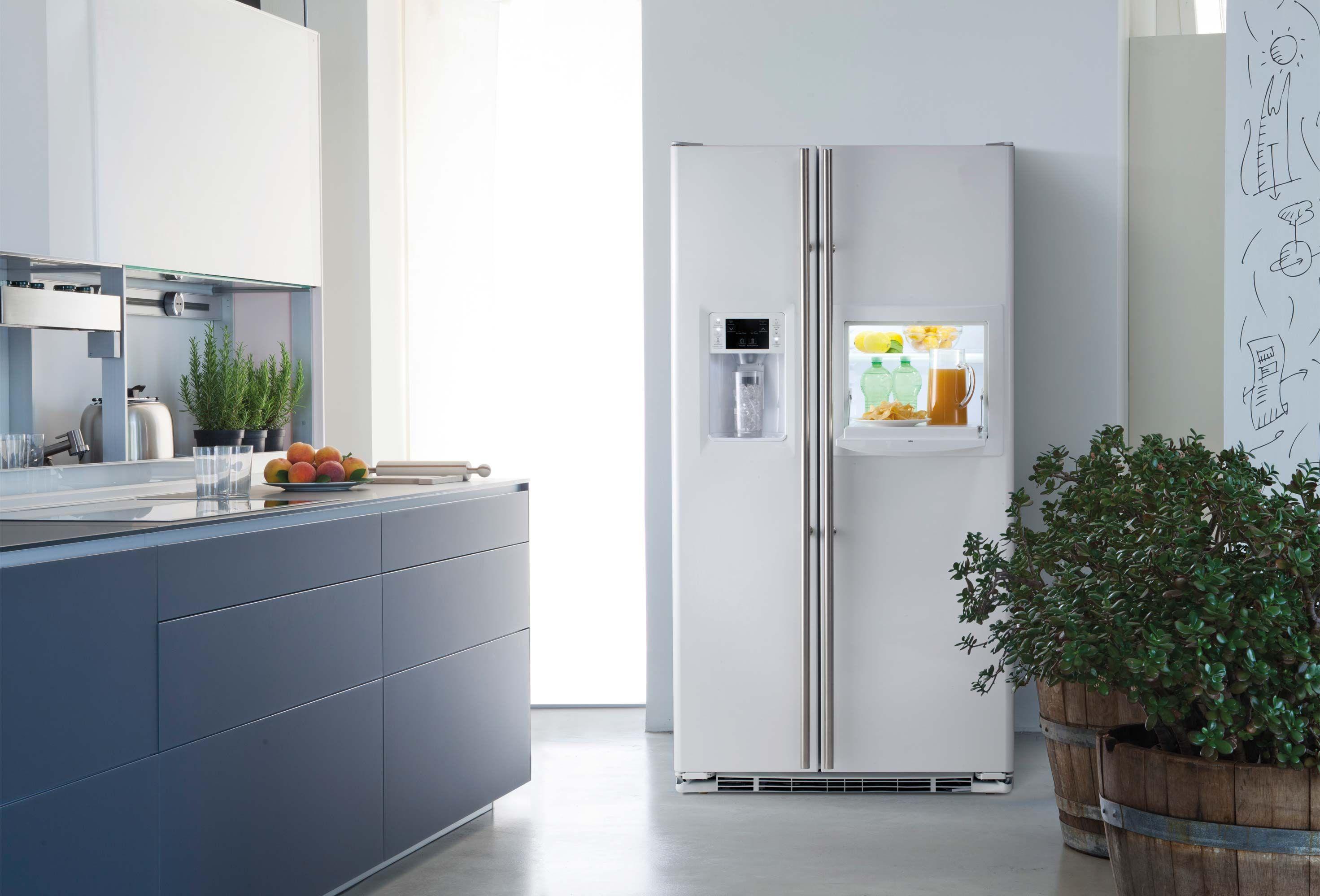 De RCE24KHBFWW Amerikaanse koelkast beschikt over een ijsdispenser ...