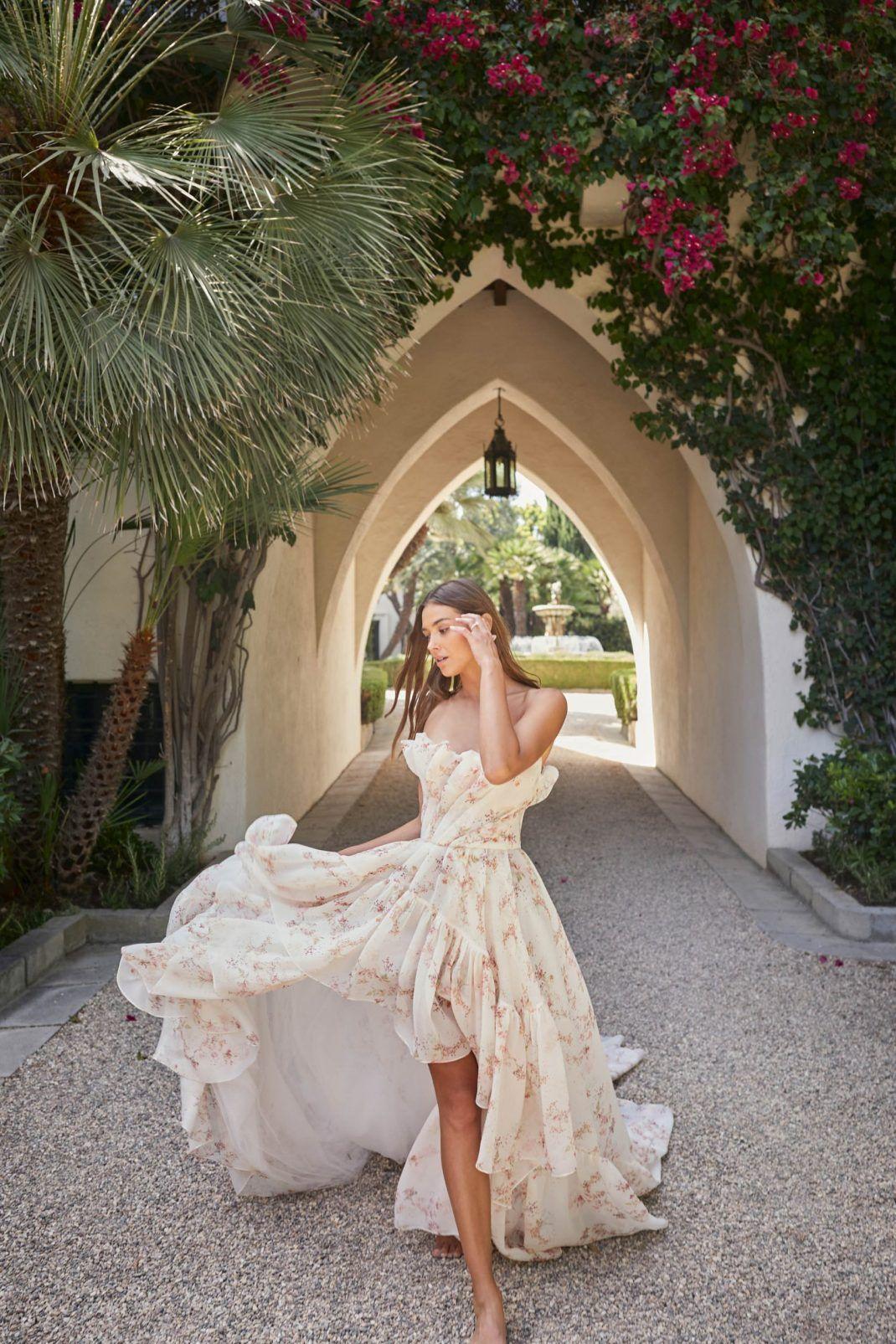 Cali Girl Aesthetic At Monique Lhuillier Wedluxe Magazine Wedding Dresses Unique Wedding Dresses Ball Gowns Wedding [ 1605 x 1070 Pixel ]