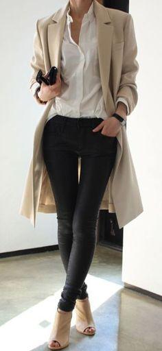 abrigo beige, camisa de vestir blanca, vaqueros pitillo de cuero negros, botines de cuero en beige claro con recortes para mujer