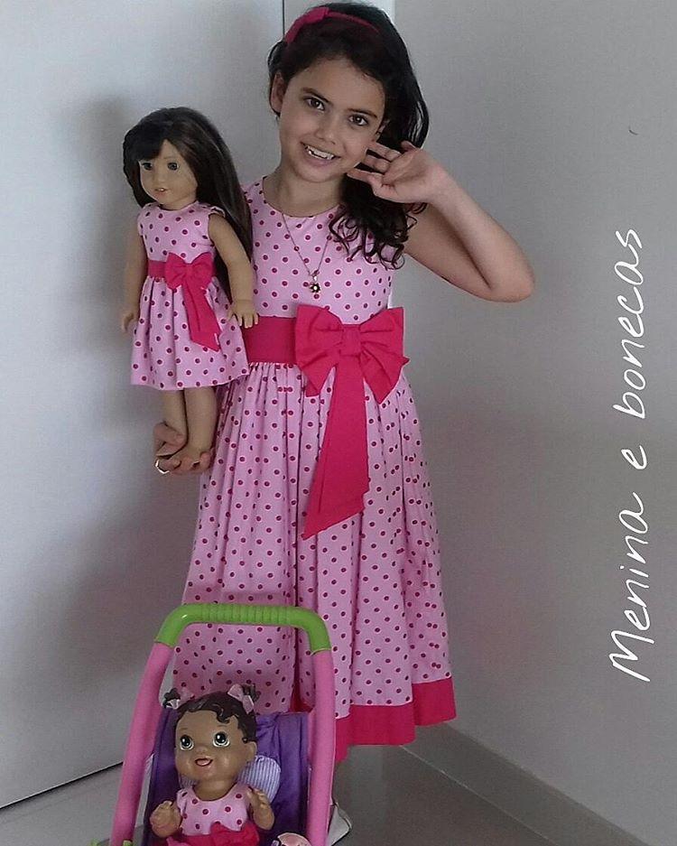 Se quer um lookinho como esse, estilo princesinha, nós temos.  Se quer um estilo mais moderninho, nós temos também. Mas SEMPRE deixando as meninas como Meninas👜👑 #Mundocorderosa #vestidodeprincesa #mãeefilha #maedemenina #look #bebedodia #love #acessoriisinfantil #clbmamaescorujas #cbbelasmammy# vidas audível #babyalive #americangirlBrasil #bonecaamericangirl #roupadeboneca #lookdodia #lookinho #meninas #iguais #lookmaeefilha