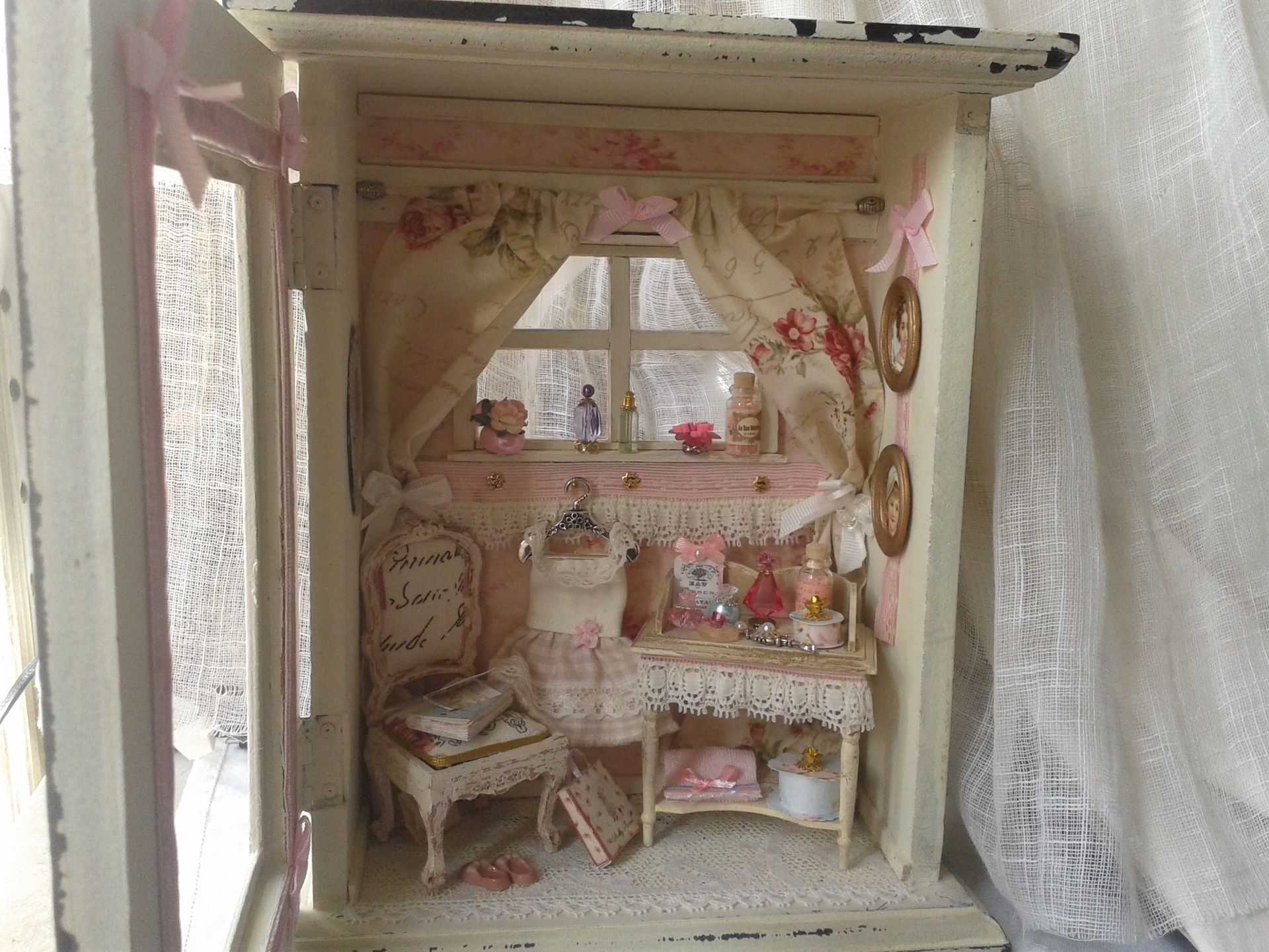 vendue vitrine miniature shabby chic maison de poup es. Black Bedroom Furniture Sets. Home Design Ideas