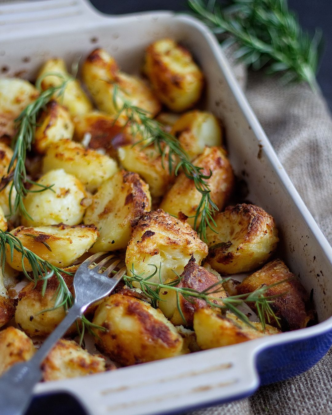 You know it's Sunday when you wake up and the first thing you think about is these Rosemary Infused Roast Potatoes 🥔😂 recipe in bio! - ugnsrostad potatis rosmarin vitlök olivolja/smör