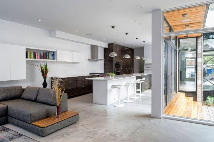 moderner Wohnbereich mit offener Küche und Theke mit Hockern