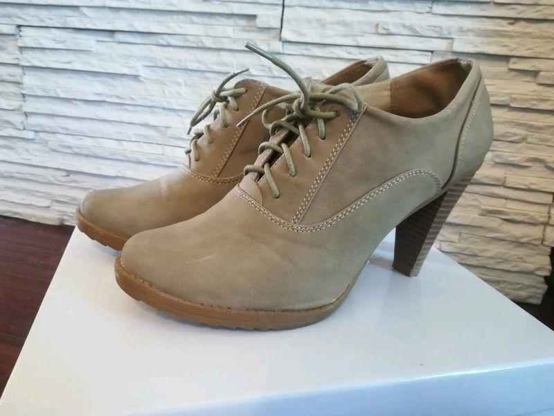 Sprzedam Buty Damskie W Kolorze Bezowy W Idealnym Stanie Rozmiar 41 Boots Oxford Shoes Shoes