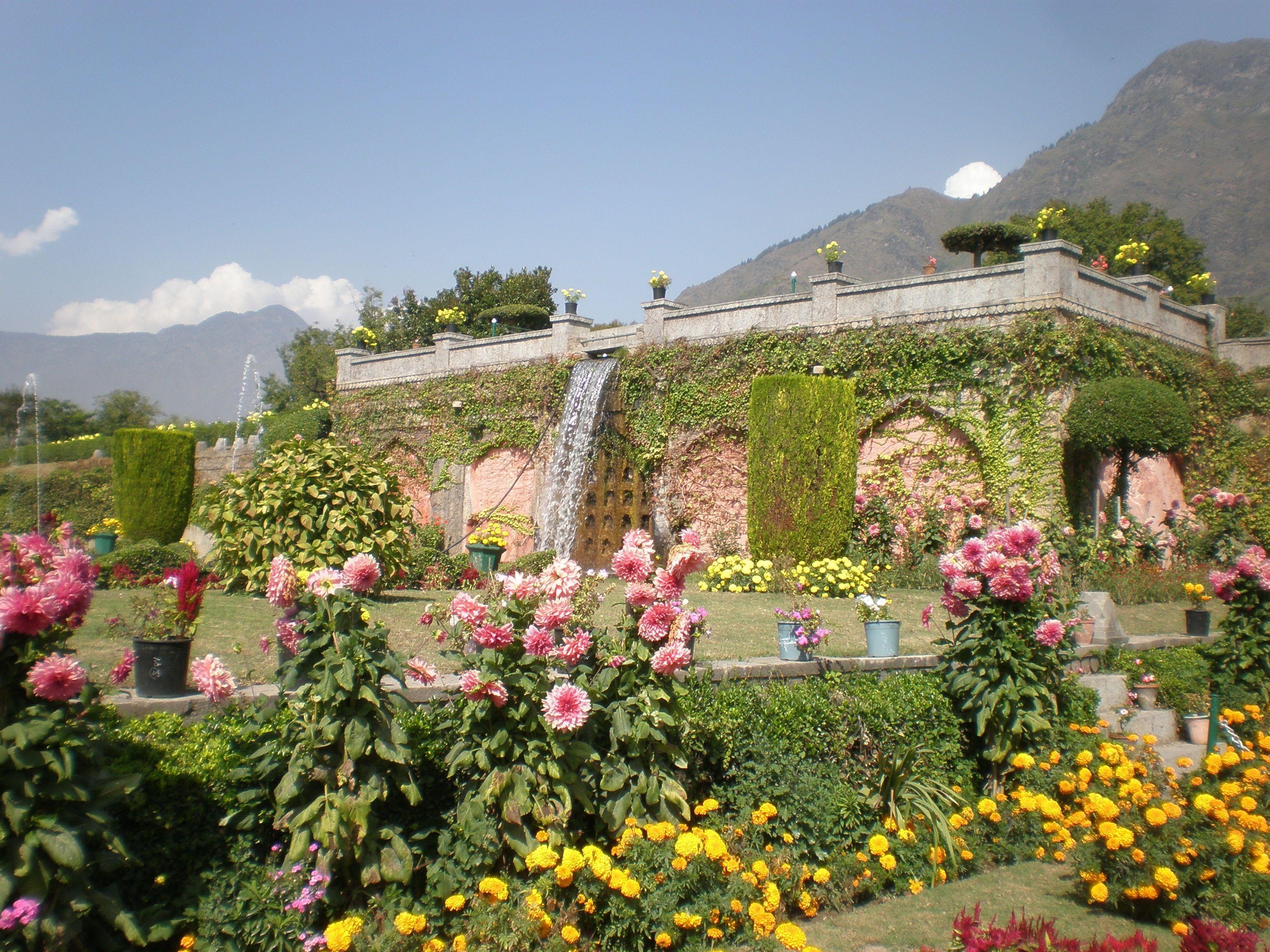 Mughal Gardens Srinigar The Kashmir Shawl Kashmir India ...