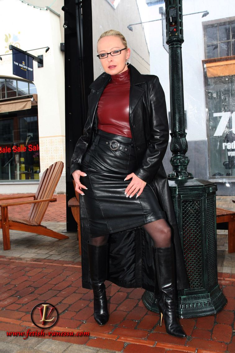 Wife in leather fetish Webcam
