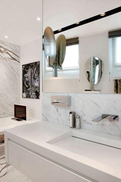 une salle de bains en marbre robinetterie le plan et vasque. Black Bedroom Furniture Sets. Home Design Ideas