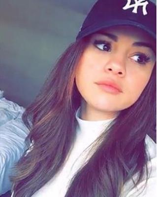 Selena Gomez New York Yankees Hat Celebrity Fashion And Style Selena Gomez Outfits Selena Gomez Selena