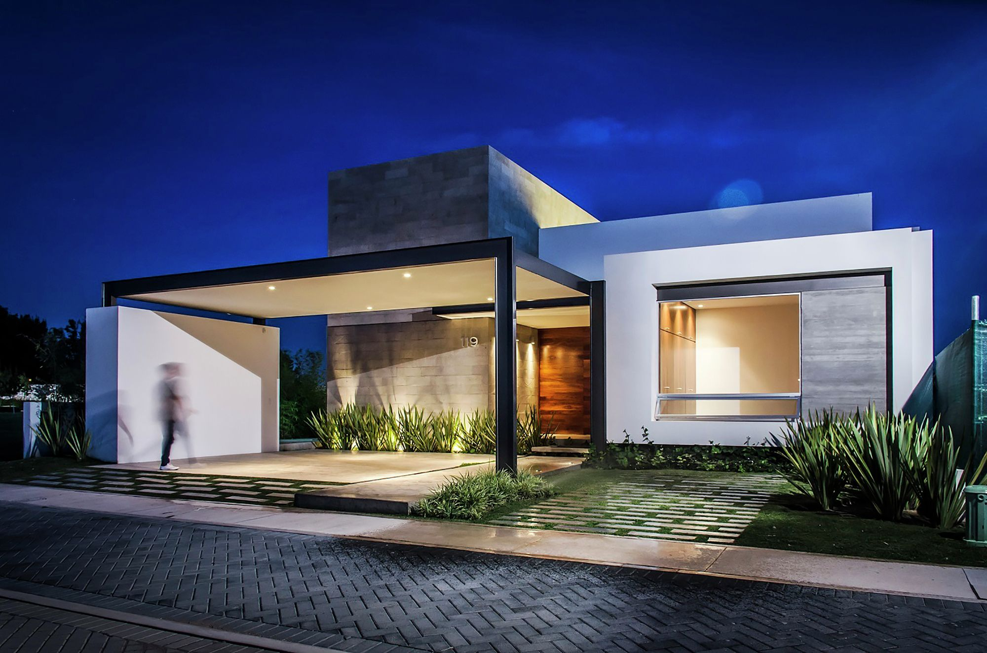 Dise o de casa moderna de un piso con tres dormitorios for Pareti colorate casa moderna