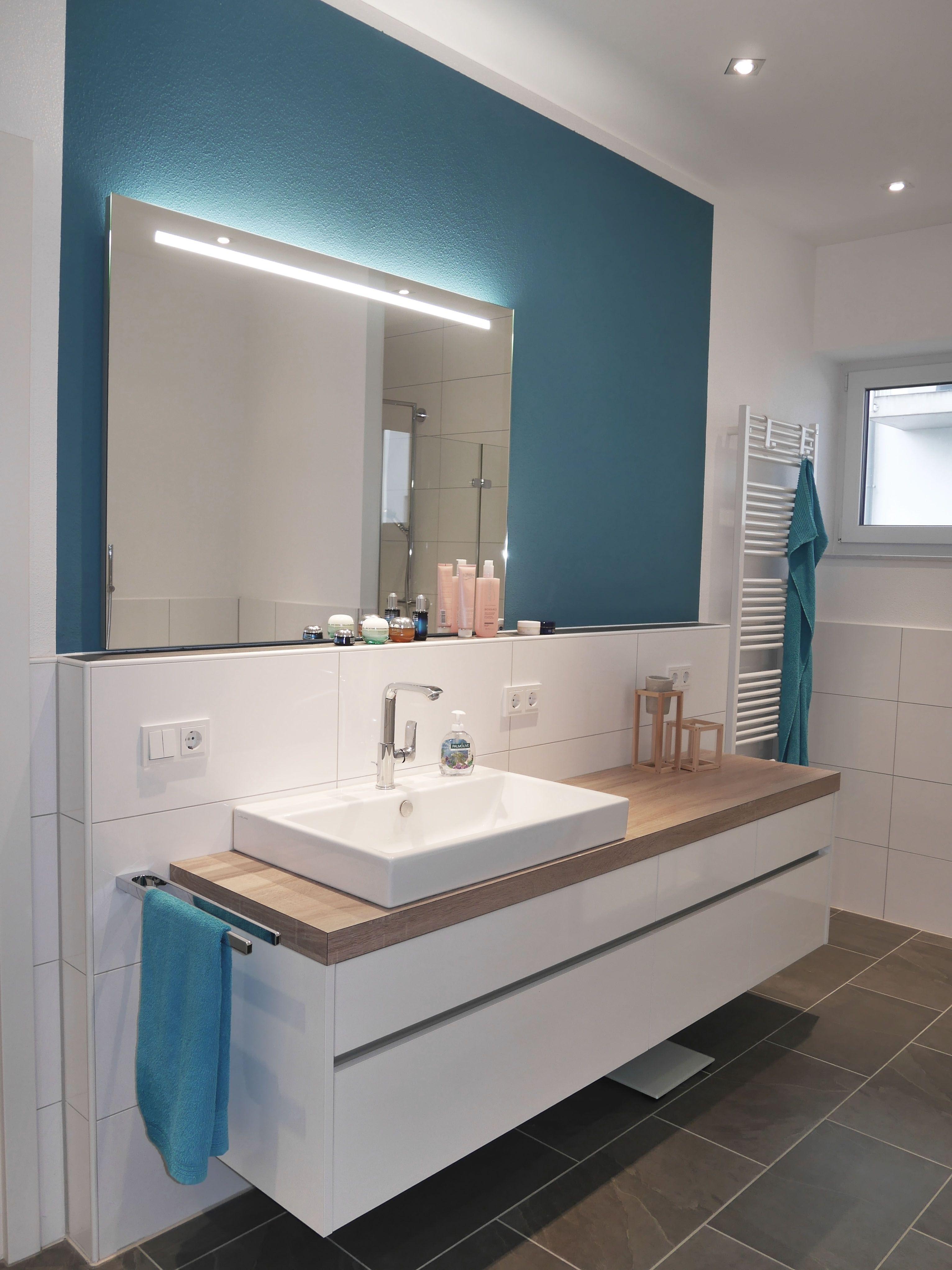 Ein Besonderer Blickpunkt Im Badezimmer Sind Lange Waschtisch Anlagen Mit  Einem Eckigen Aufsatzbecken. Hier