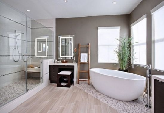 Badezimmer mit duschkabine glas trennwand keramik badewanne oval