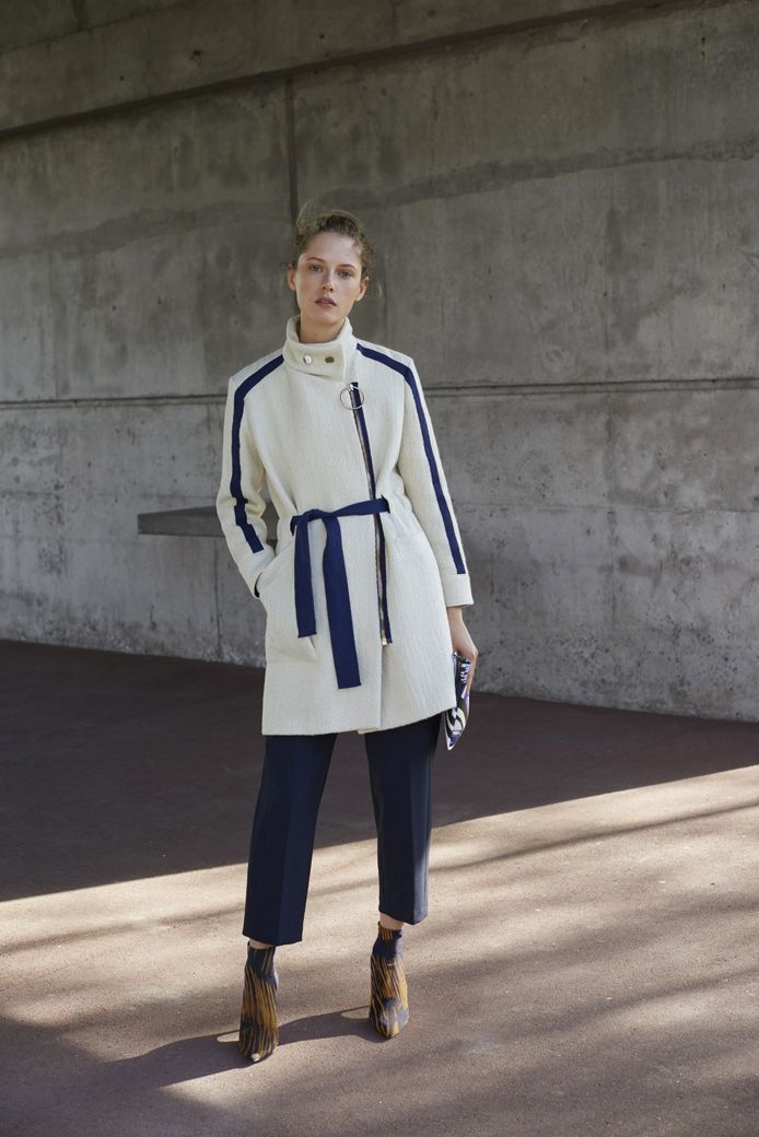 Manteau TAPIR beige Pantalon PIVERT bleu Pochette Emma bleue multico