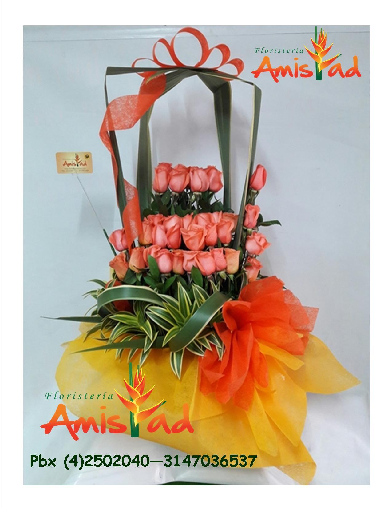 Arreglo Floral Elaborado Con 24 Rosas Salmón Follajes Y