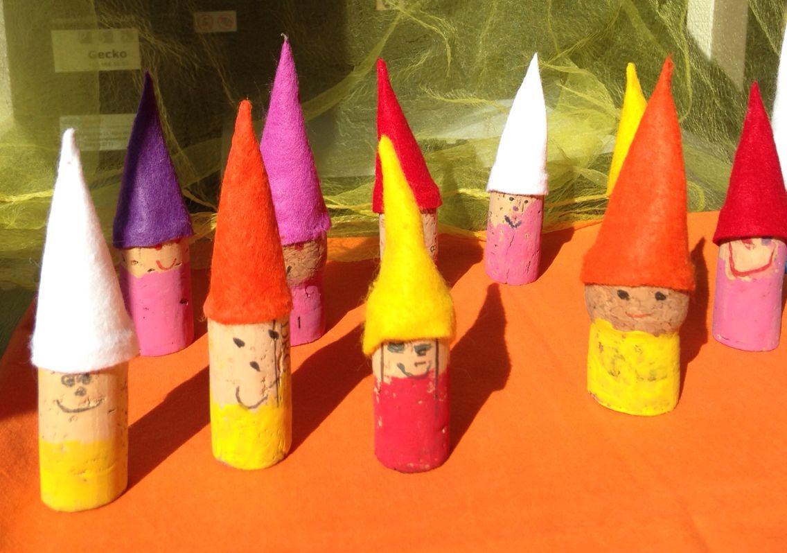 Zwerge wichtel aus korkzapfen basteln kindergarten for Bastelideen herbst kleinkinder