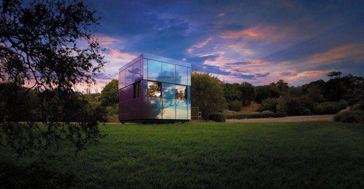 Cabane de jardin à roulettes design en forme de cube avec espace