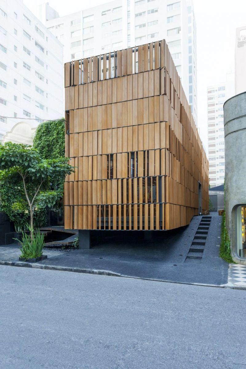Em uma fachada ousada, alta e com brises de madeira ecológica, na Alameda Lorena, nos Jardins emSão Paulo, foi inaugurado o Restaurante Bossa, um projeto...