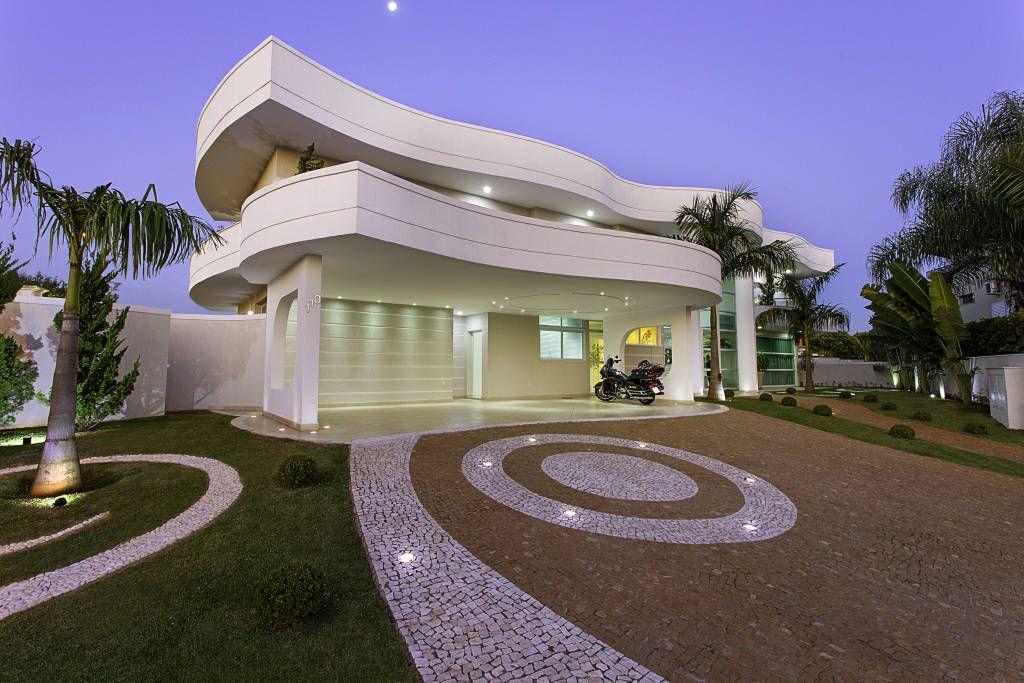 Una Casa Extravagante Por Fuera Y Por Dentro Homify Homify Casas Extravagantes Casas De Dos Pisos Casas