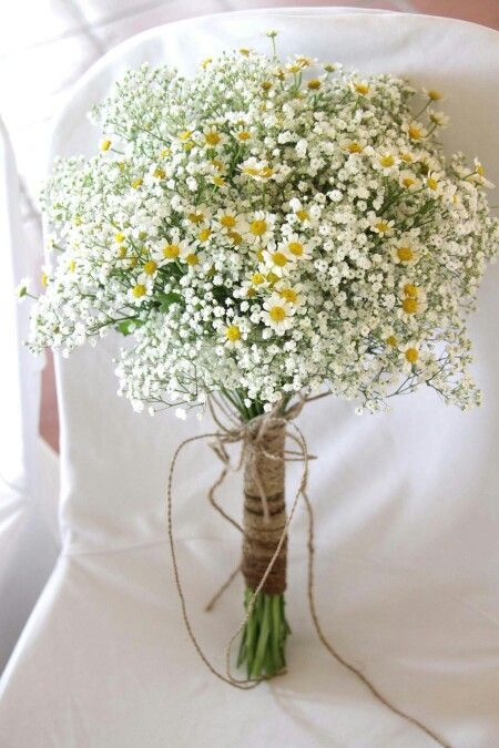 White and green is always a good choice. Peonies bring opulency and a casual tou #flowerbouquetwedding