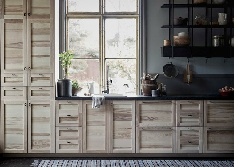 ikea-cucina-legno-stile-country-top-nero-finestra-mensole-vista ...