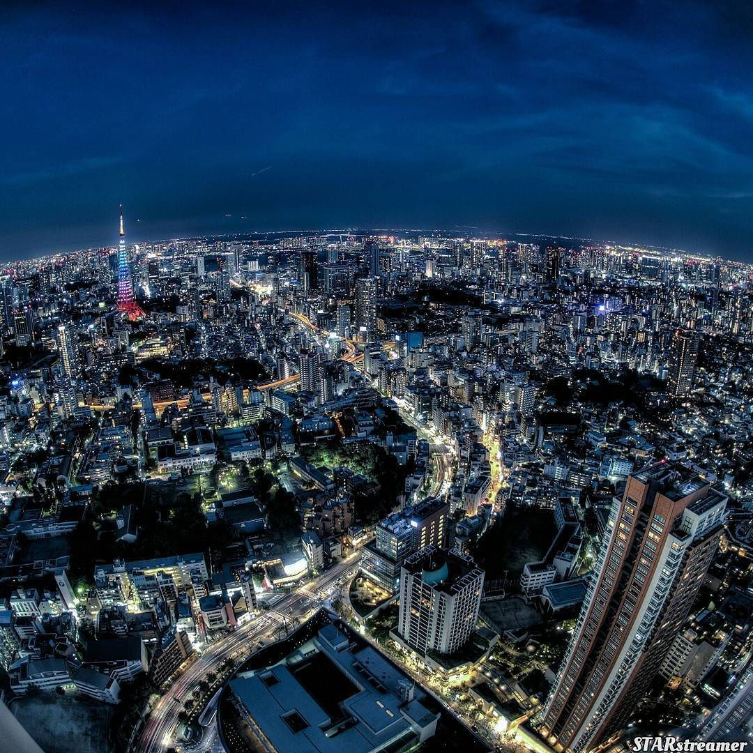 丸い東京夜景 Round Tokyo night view ------------------------------------------------------------ @hdr_of_our_world 横浜山手の外交官の家 をフィーチャーしてもらいましたありがとうございます(-)/Thanks for the feature-----------------------------------------------------------いつぞやの東京夜景です夕暮れを過ぎて夜になって少しだけ時間が経ったかなという時間帯に六本木ヒルズより撮りました魚眼だと広角なので楽勝で窓枠が入ってしまいそれはそれでいいのだけど魚眼をカバーできるだけのレフなんて持ってないからまず端っこの方が反射しちゃいますよね(笑)まー致し方なしでも時々やりたくなっちゃうんですよまぁるい夜景 by starstreamer_yosuke