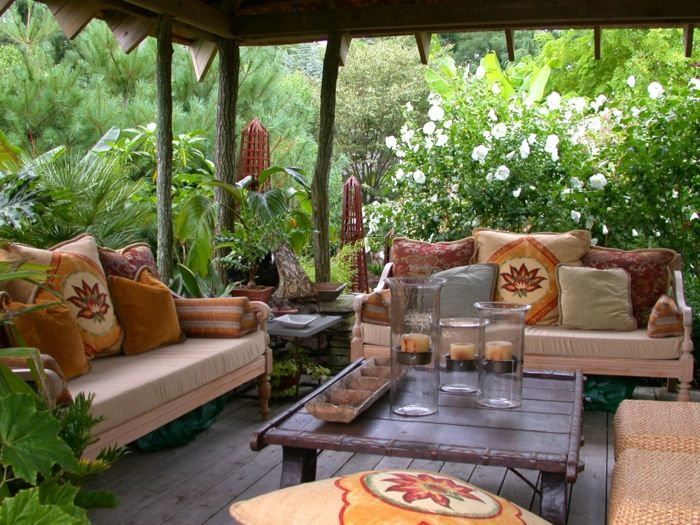 Der Garten kann die Terrasse mit passenden Möbeln tropischer wirken