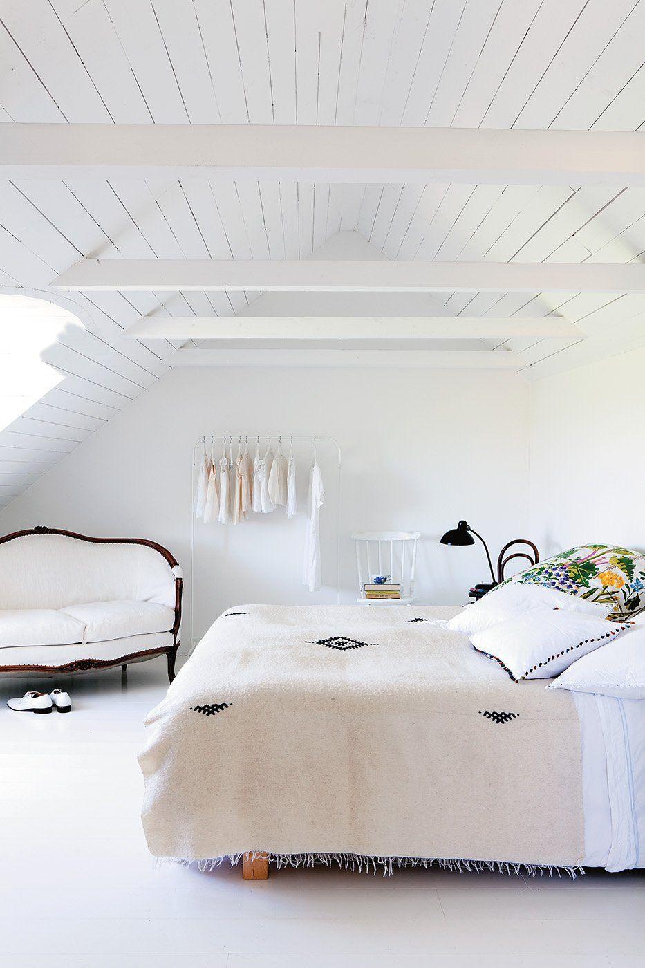 La chambre toute blanche mixe les styles XVIIIe, marocain et ...