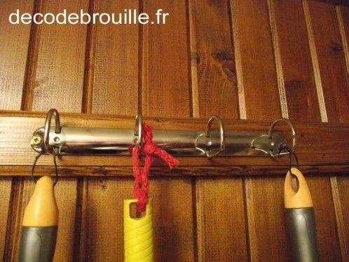 Des anneaux de classeur en guise de porte-balai! organisation - armoire a balai exterieur