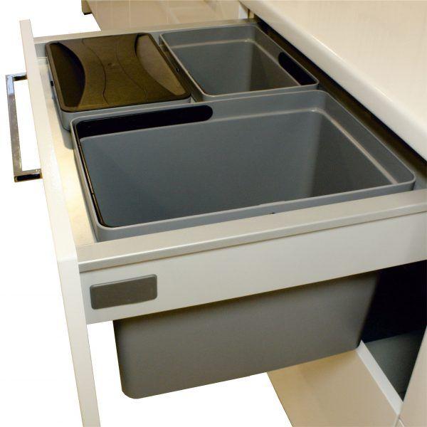Laatikon sivujen päälle ripustettava ja etulevyyn kiinnitettävä jätelajittelujärjestelmä laatikoille. Väri hopeanharmaa. Sopii sankoineen 350 mm korkean etulevyn taakse. Soveltuu useimmille 400 mm syville laatikkomalleille. #gripshop #keittiö #jätelajittelu #roskis