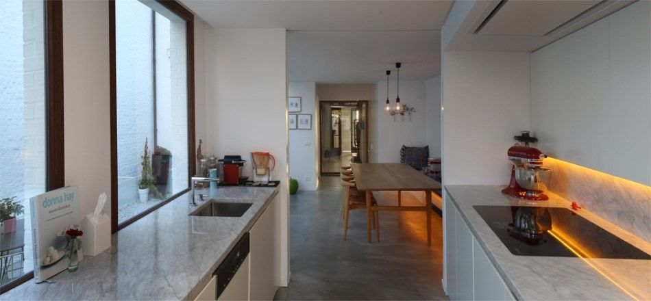 Met de hulp van architect Bas Wauman verbouwde Doreen Rogiers een rijhuis uit de jaren vijftig tot een lichte, gezellige gezinswoning in Scandinavische sti...