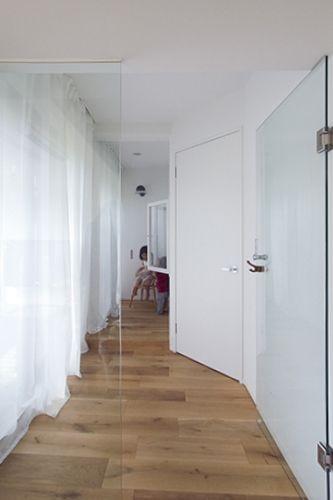 廊下扉 ダイノックイメージ 白い漆喰と溶け込むような白 テカらない