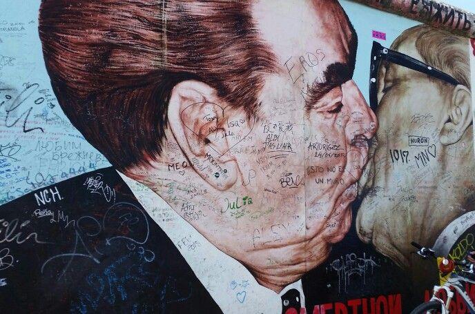 The Communist Brotherly Kiss Between Breznjev And Honecker Easy Side Gallery Berlin De Communistische Socialistische Broederkus Tusse Graffiti Liefde En Easy