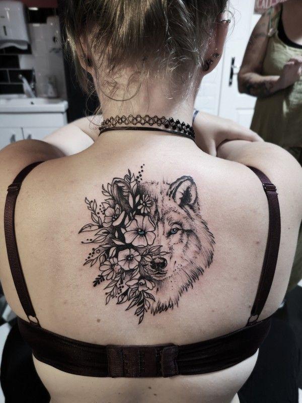 Tom Barker.tattoo_wien #wien tattoo #wolf tattoo #back tattoo #rücken tattoo #flowers tattoo