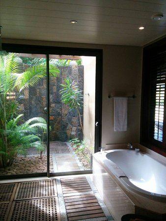 Beachcomber trou aux biches resort spa chambre suite tropicale douche ext rieur d co - Salle de bain tropicale ...
