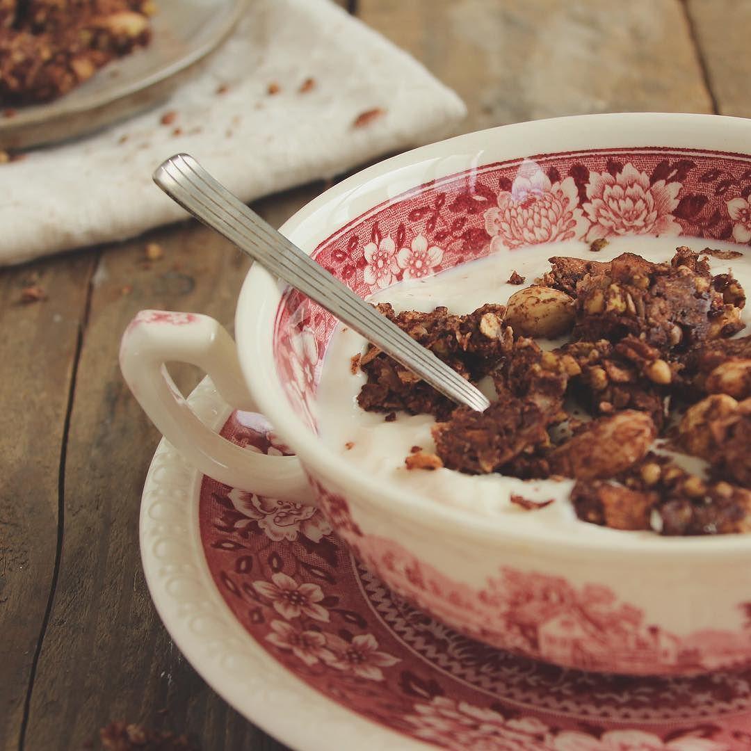 Life of a foodblogger! Breakfast at dinner . Vandaag een fotoshoot met deze granola die is morgenochtend natuurlijk niet lekker meer... Dat denk ik tenminste.  #glutenfree #glutenfreegranola #glutenfreelife #glutenvrij #homemade #granola #healthybreakfast #eatpurelove by eatpurelove
