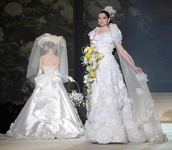 Japanese Designer Yumi Katsura A White Gold Wedding Dress With A Diamond Centerpiece A Expensive Wedding Dress Most Expensive Wedding Dress Gold Wedding Dress
