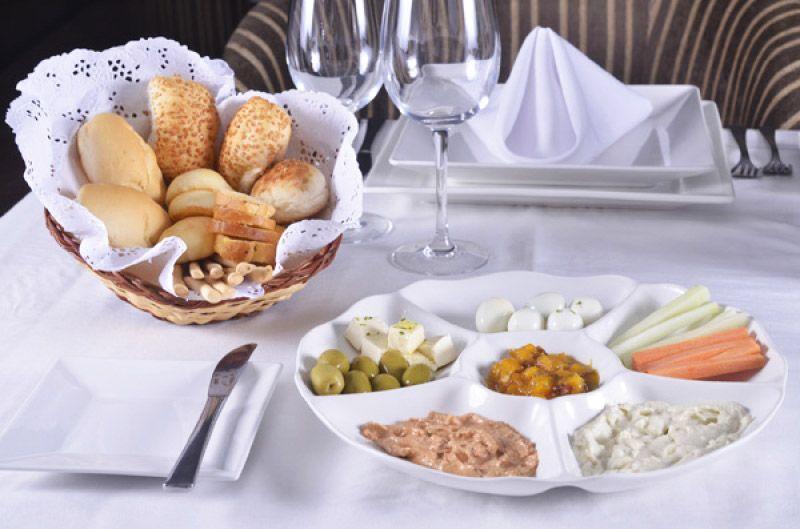 [Barato Coletivo] Couvert: palitos de legumes crus, escolhidos ovos de codorna, manteiga fresca, azeitonas, patês, torradas e pães variados http://bit.ly/GK3JnT
