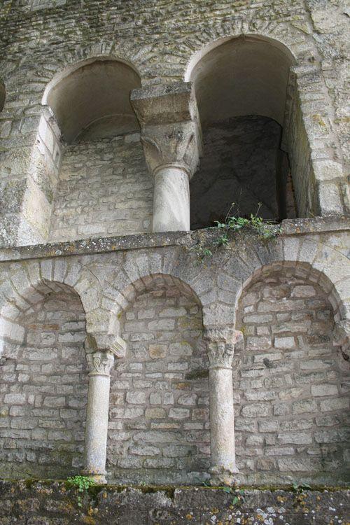 Fondée au VIIIe siècle par Wideradus, un puissant seigneur burgonde, l'abbaye Saint-Pierre de Flavigny-sur-Ozerain (Côte d'Or) est envahie par les Normands à la fin du IXe siècle. Huit moines sont tués. Elle connaît plusieurs campagnes de restauration tout au long de son histoire, mais conserve quand même quelques parties de ses origines. Ici, l'abside carolingienne. http://bit.ly/2ceNZTY