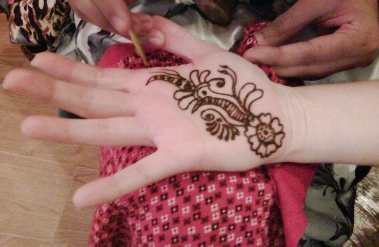 Mehndi For Kids Full Hand : Easy mehndi designs for kids adoring the hands of princesses
