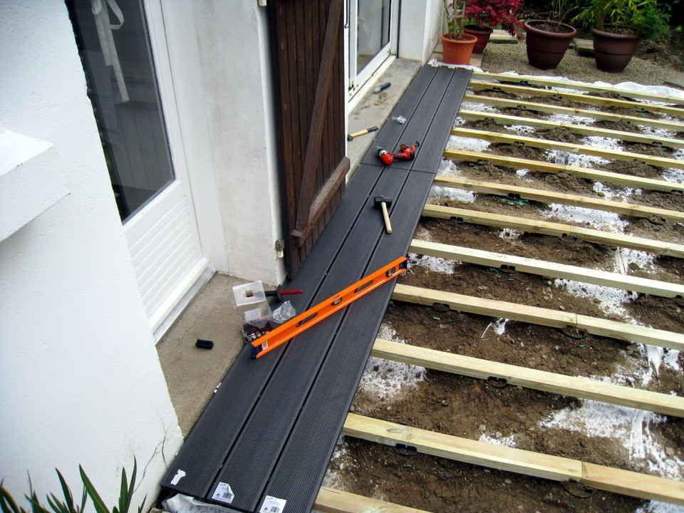 tutoriel expliquant comment poser une terrasse en bois composite ... - Comment Installer Une Terrasse En Bois Sur Plots