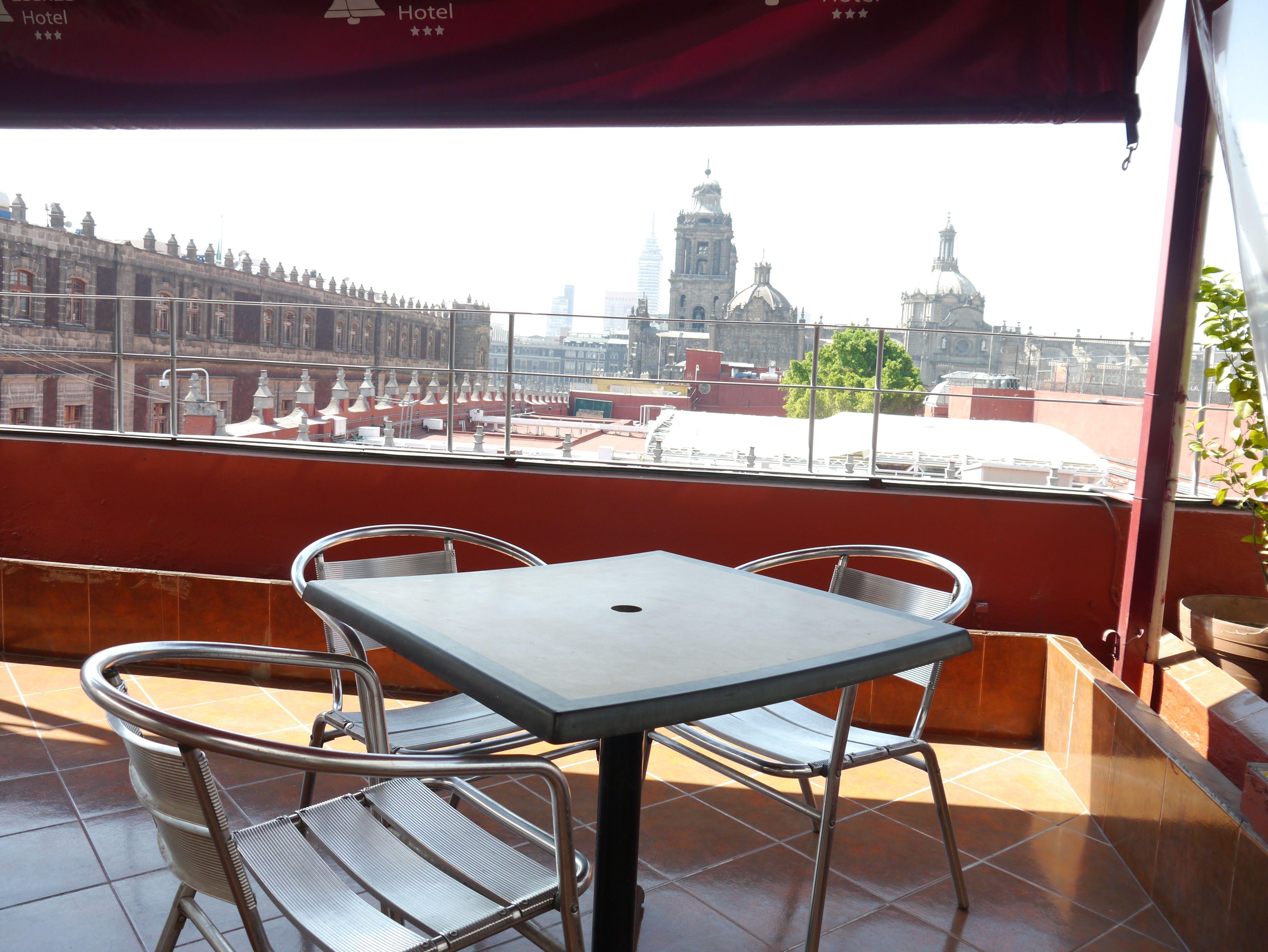 Disfruta De La Vista Que Te Ofrece La Terraza Del Hotel