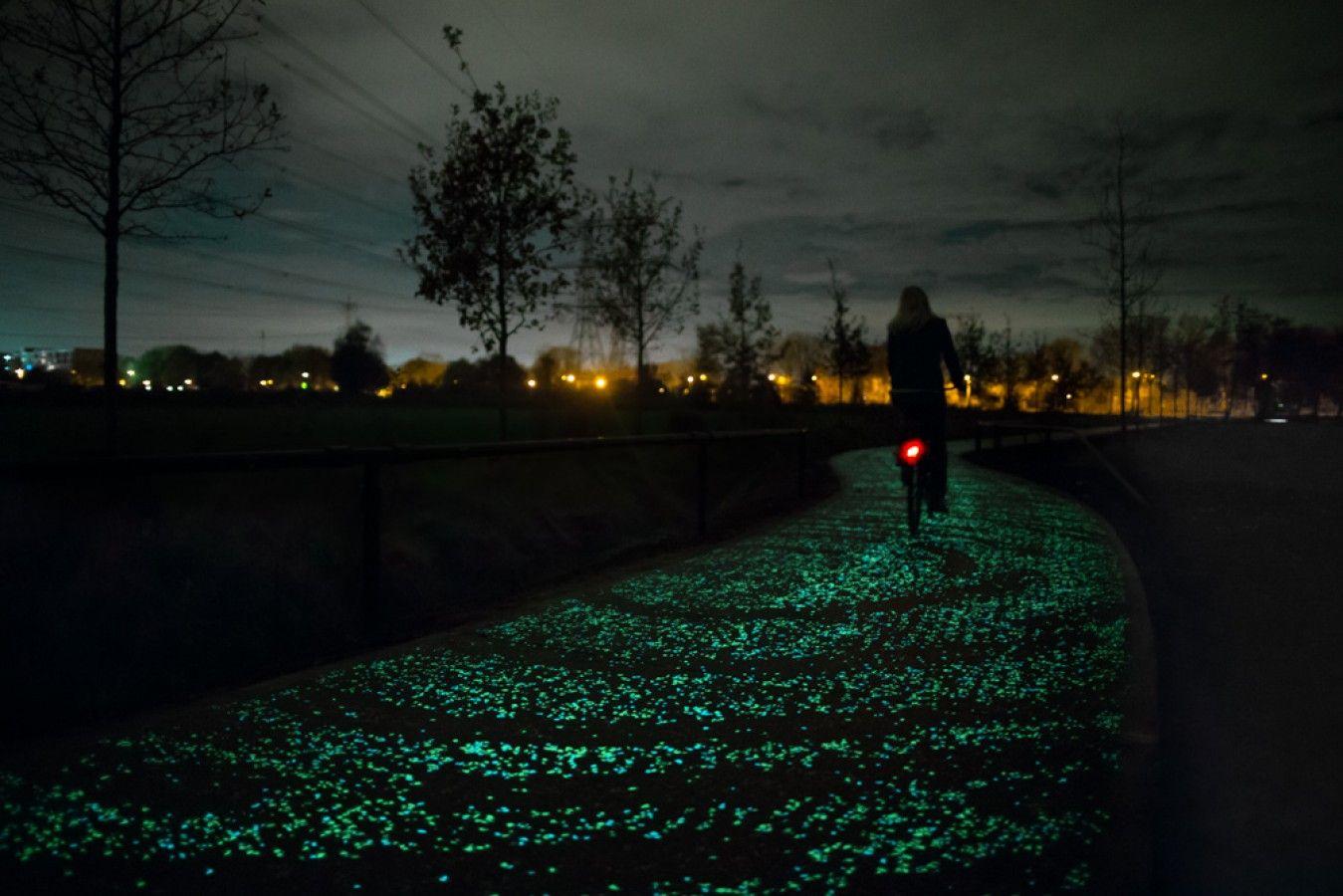 | Studio Roosegaarde — Smart Highway (fietspad) |      Een poëtische oplossing/verbetering van een probleem. Daan Roosegaarde is een productontwikkelaar/artiest waar ik enorm naar opkijk. Van elke minpunt maakt hij een groot pluspunt. Zijn projecten zijn heel artistiek en bieden tegelijkertijd een oplossing voor (soms hele grote) problemen. Hier gaat het over 'glow in the dark' verf. Deze verf laad overdag op in het daglicht en geeft snachts licht om zo de fietsers te begeleiden.