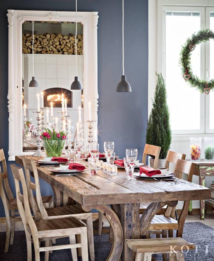 Jouluinen pöytä on katettu. Pitkän, puisen ruokapöydän ääreen mahtuu koko perhe. Upeiden värien joulu. Koti ja keittiö, Kuva Kirsi-Marja Savola.