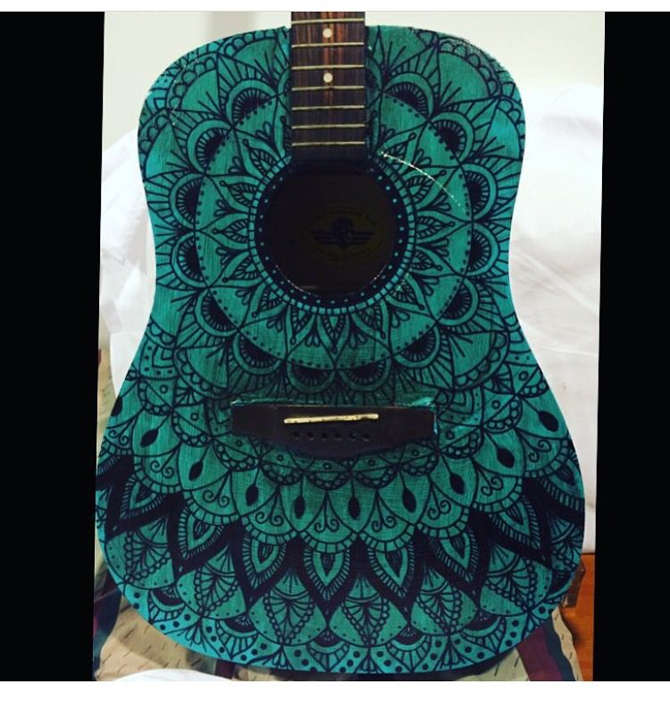 mandala sobre guitarra ambas pintadas a mano moddiza