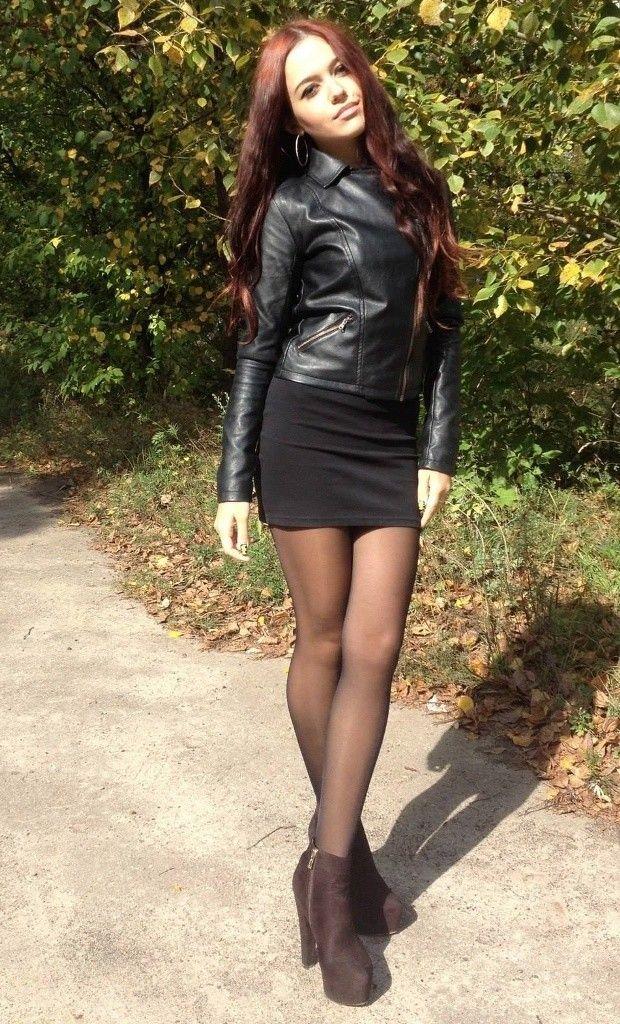 девушка в коротком платье и черных колготках - 6