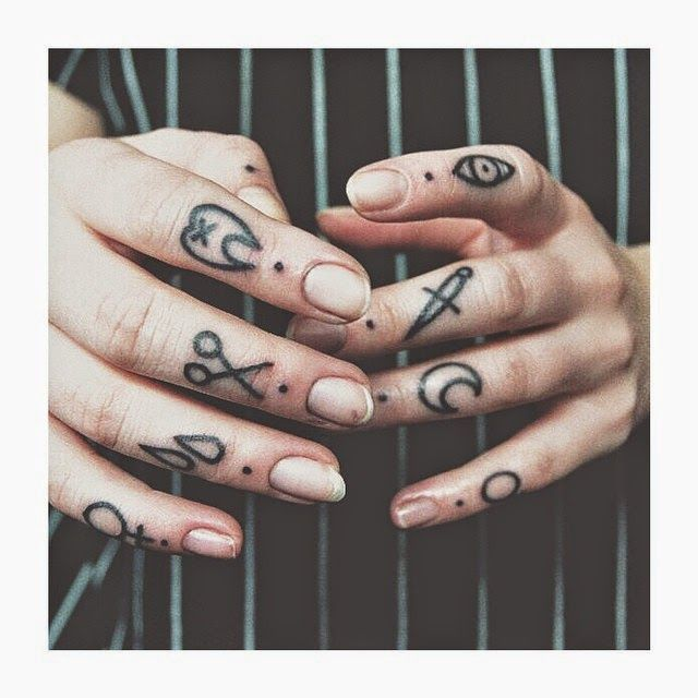 Belagoria La Web De Los Tatuajes Tatuaje Dedos Mano Tatuajes En Los Dedos Tatuajes En La Mano