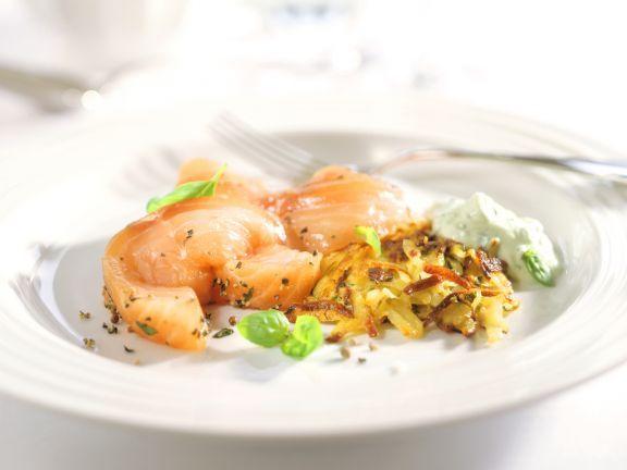 Lachsfilet mit Basilikumcreme und Zucchini-Rösti ist ein Rezept mit frischen Zutaten aus der Kategorie Fisch. Probieren Sie dieses und weitere Rezepte von EAT SMARTER!