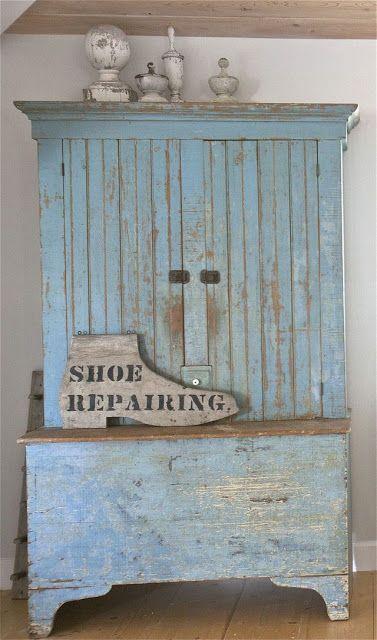 Tutto di recupero, ma l' insegna a forma di scarpa crea l'effetto decor