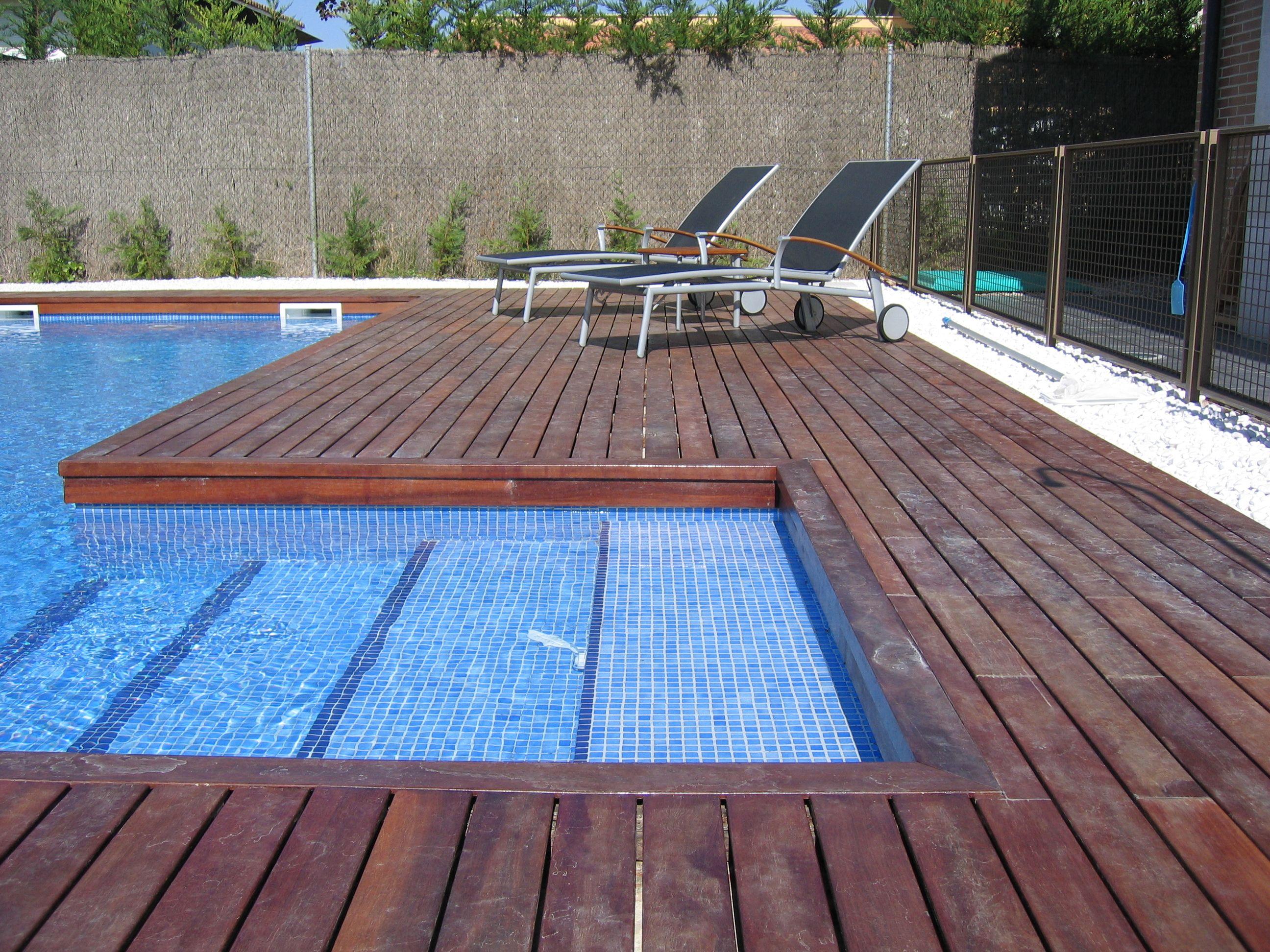 Tarima de exteriores en piscina.