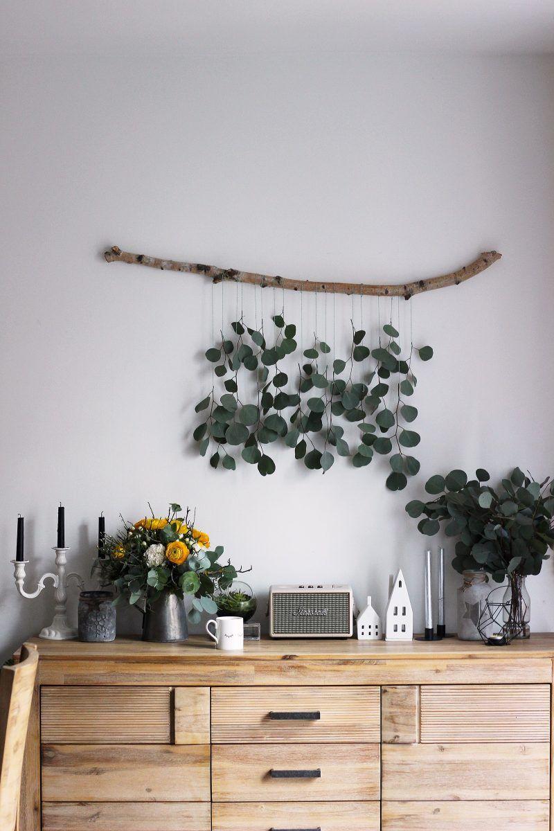 Photo of LIVING + DIY | Dekorationsidee zum Selbermachen: Eukalyptus-Vorhang fürs Wohnzimmer